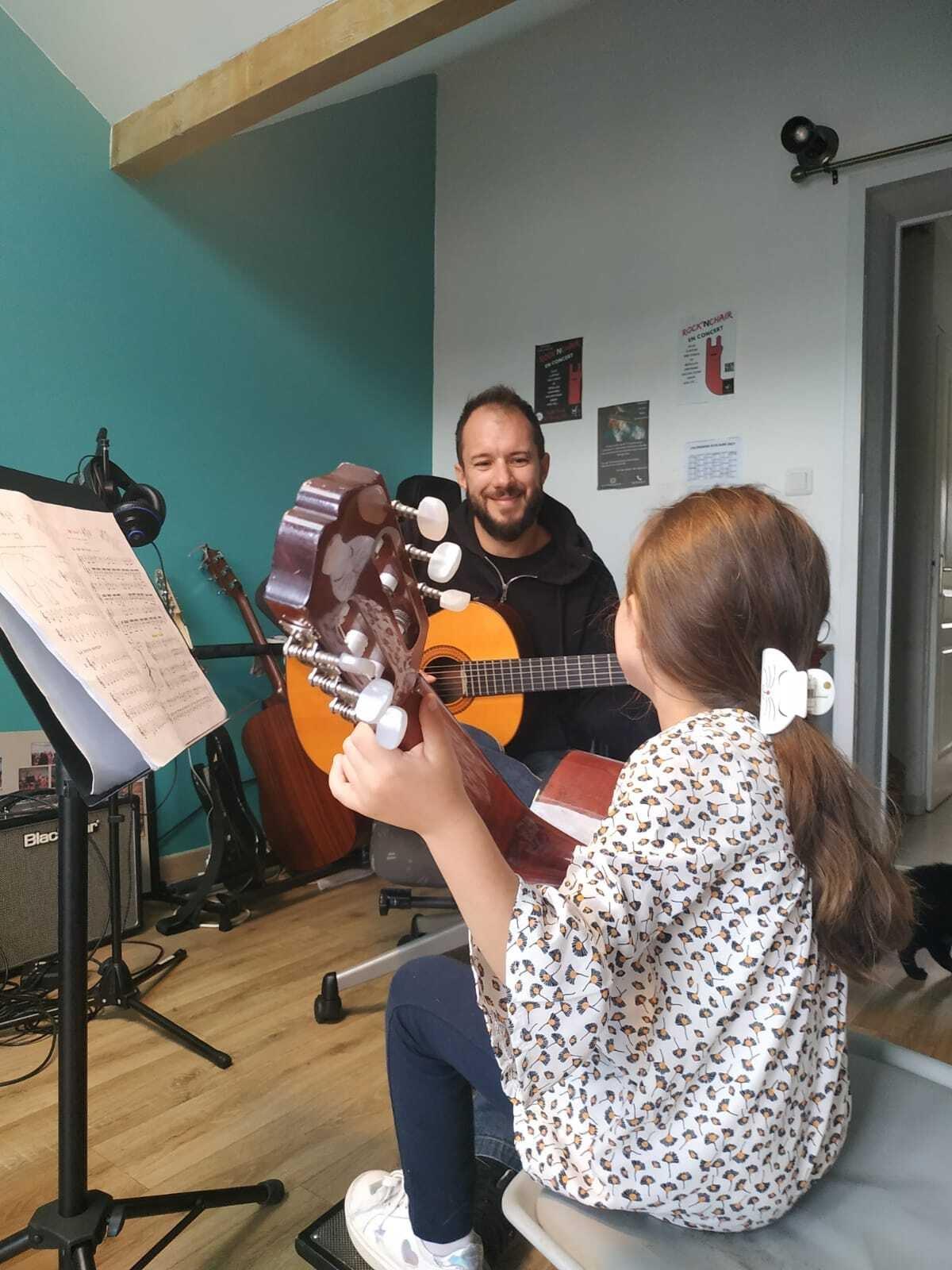 Apprendre la guitare en s'amusant avec Christophe Pisicchio - Christophe Pisicchio - Professeur de guitare à Vaulnaveys-le-Bas