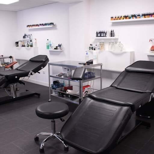 Un studio de tatouage qui conjugue singulièrement plusieurs styles - Yann Lecocq et Patrice Tran – Tatoueurs et gérant de studio de tatouage à Chilly Mazarin